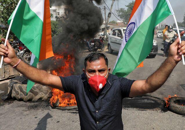 Un manifestante con la bandera de la India en las protestas tras el enfrentamiento entre militares en la frontera entre la India y China