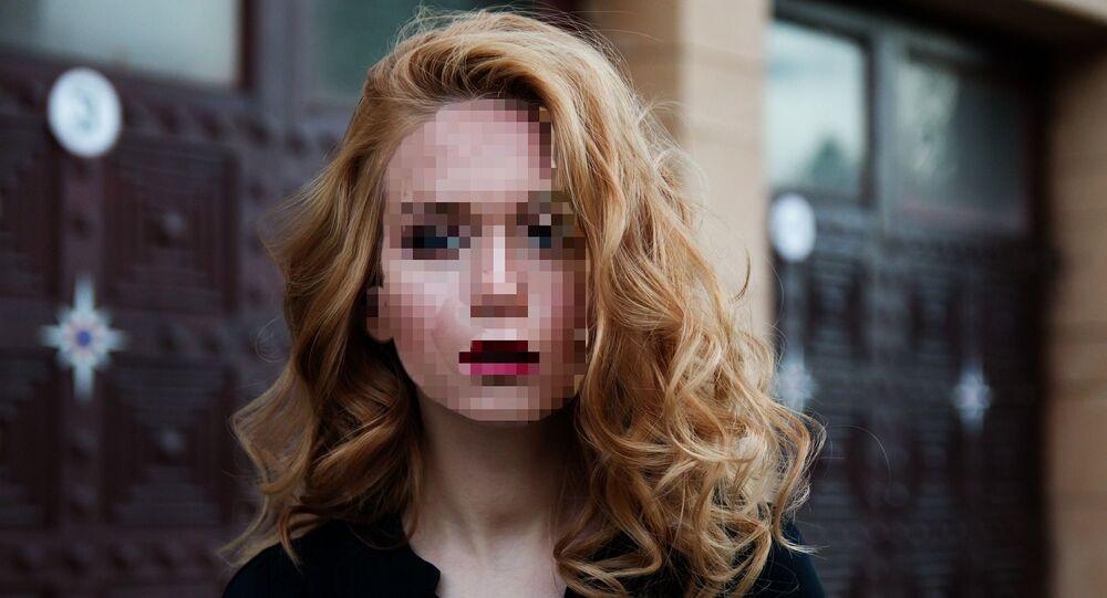 Una persona con el rostro pixelado