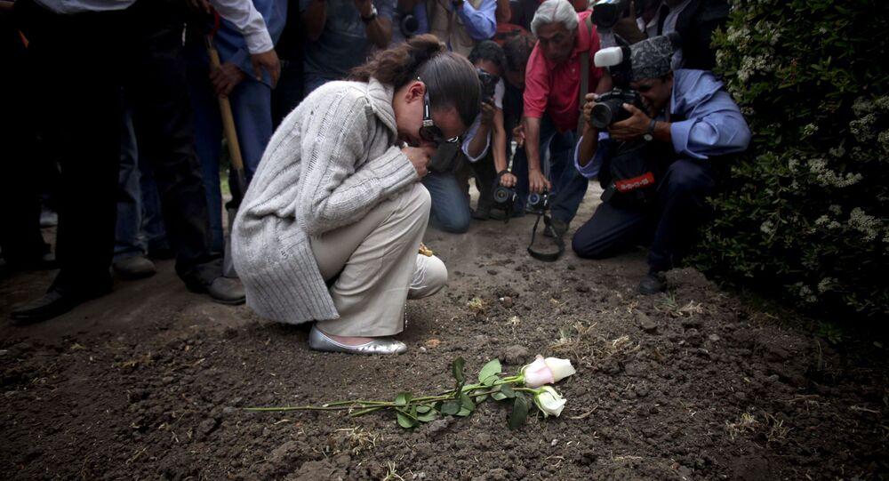Lissette Farah durante el funeral de su hija, Paulette Gebara