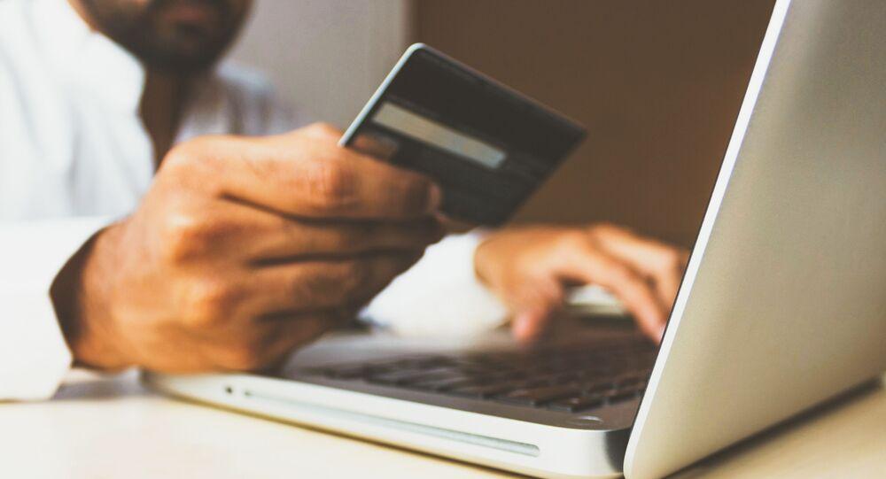 Un ordenador y una tarjeta de crédito (imagen referencial)