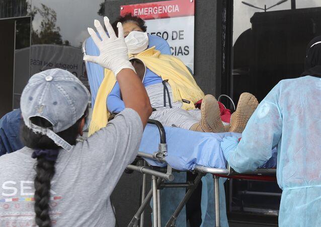 Un amigo se despide de una mujer que ha sido ingresada en el Hospital del Seguro Social Quito Sur, en Quito, Ecuador, el lunes 20 de abril de 2020