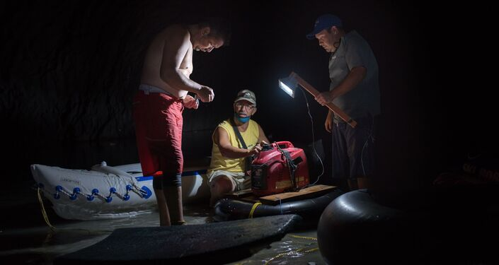 Unos venezolanos intentan conseguir el agua en el túnel Cota Mil