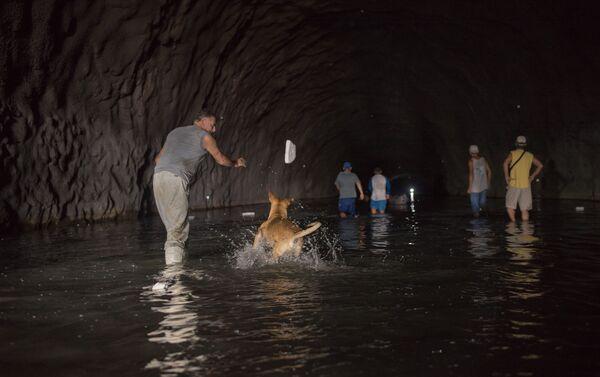 Unos venezolanos intentan conseguir el agua en el túnel Cota Mil - Sputnik Mundo