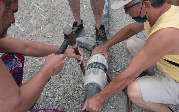 Unos venezolanos intentan conseguir el agua - Sputnik Mundo