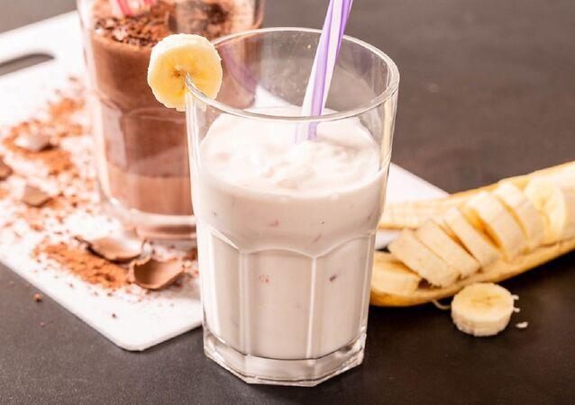 Un batido de plátano con leche