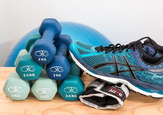 Unas pesas y zapatillas deportivas (imagen referencial)