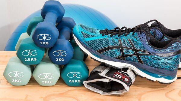 Unas pesas y zapatillas deportivas (imagen referencial) - Sputnik Mundo