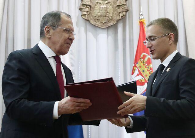 El ministro ruso de Asuntos Exteriores, Serguéi Lavrov, y el vice primer ministro de Serbia, Nebojsa Stefanovic