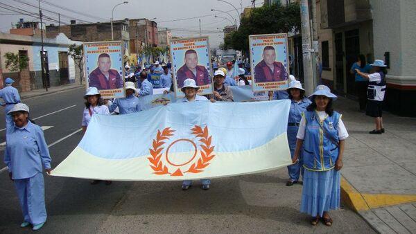 Miembros de Alfa y Omega marchando en Lima y portando retratos con la única foto existente de Luis Soto Romero, el Cristo nacido en Chile - Sputnik Mundo