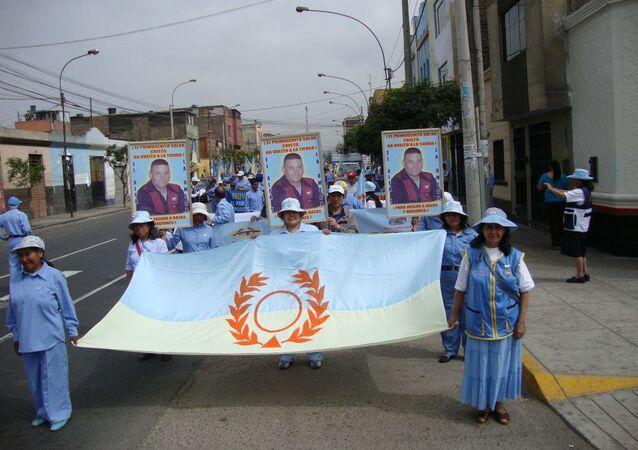 Miembros de Alfa y Omega marchando en Lima y portando retratos con la única foto existente de Luis Soto Romero, el Cristo nacido en Chile
