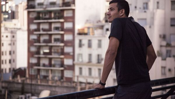 Hombre mirando la ciudad desde la terraza - Sputnik Mundo