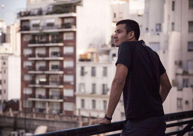 Hombre mirando la ciudad desde la terraza