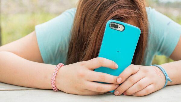 Adolescente con un smartphone - Sputnik Mundo