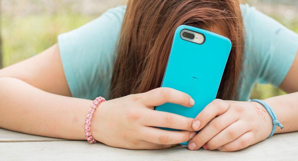 Adolescente con un smartphone