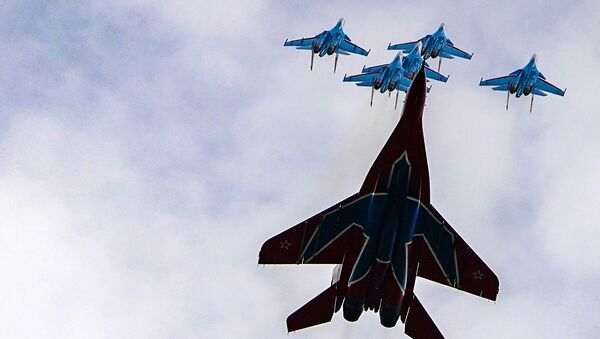 Истребители МиГ-29 и Су-30СМ пилотажных групп Русские витязи и Стрижи во время репетиции воздушной части парада Победы - Sputnik Mundo