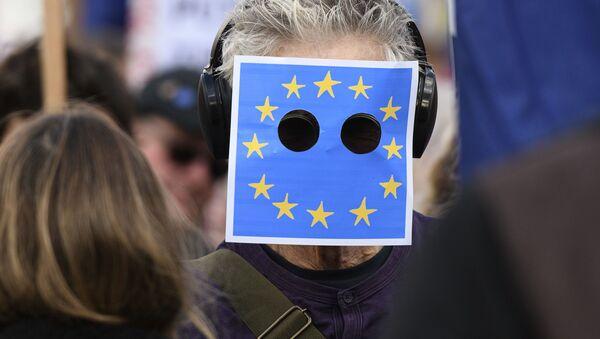 Un hombre con la bandera de la UE - Sputnik Mundo