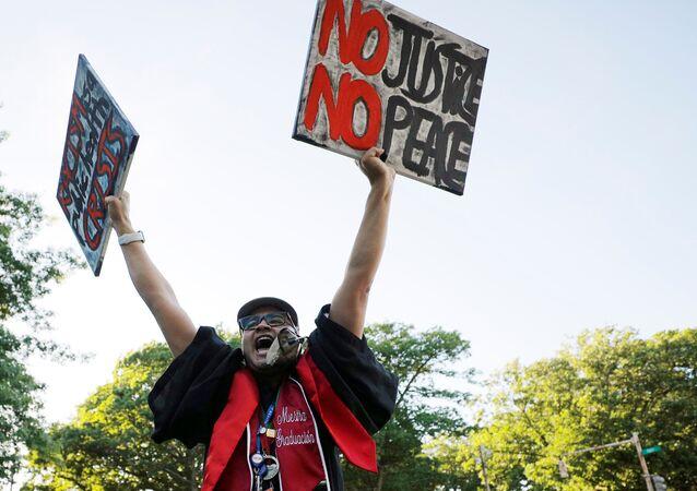 Una protesta contra racismo en Minneapolis en vísperas de Juneteenth