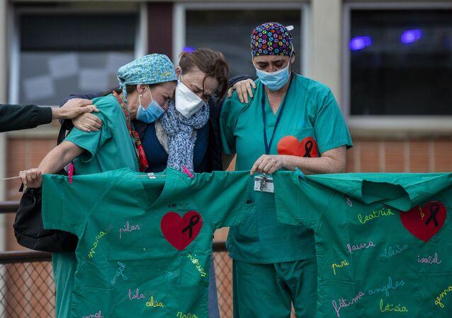 Los trabajadores de la salud lloran la muerte de su compañero Esteban, un enfermero que murió por coronavirus. Hospital Severo Ochoa en Leganés, 10 de abril de 2020.