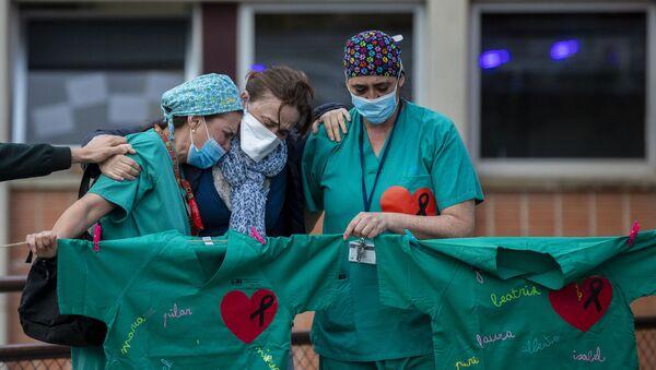 Trabajadores lloran en un memorial por enfermero muerto por coronavirus - Sputnik Mundo