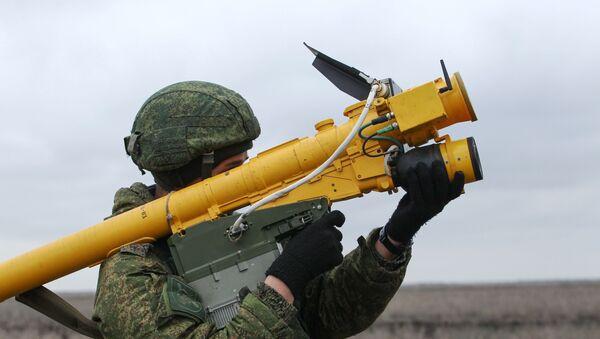 Un soldado ruso con el sistema de misiles portátil Igla - Sputnik Mundo