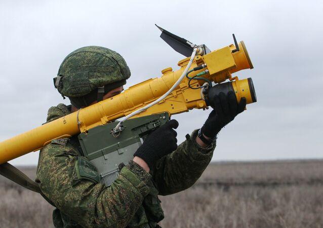Un soldado ruso con el sistema de misiles portátil Igla