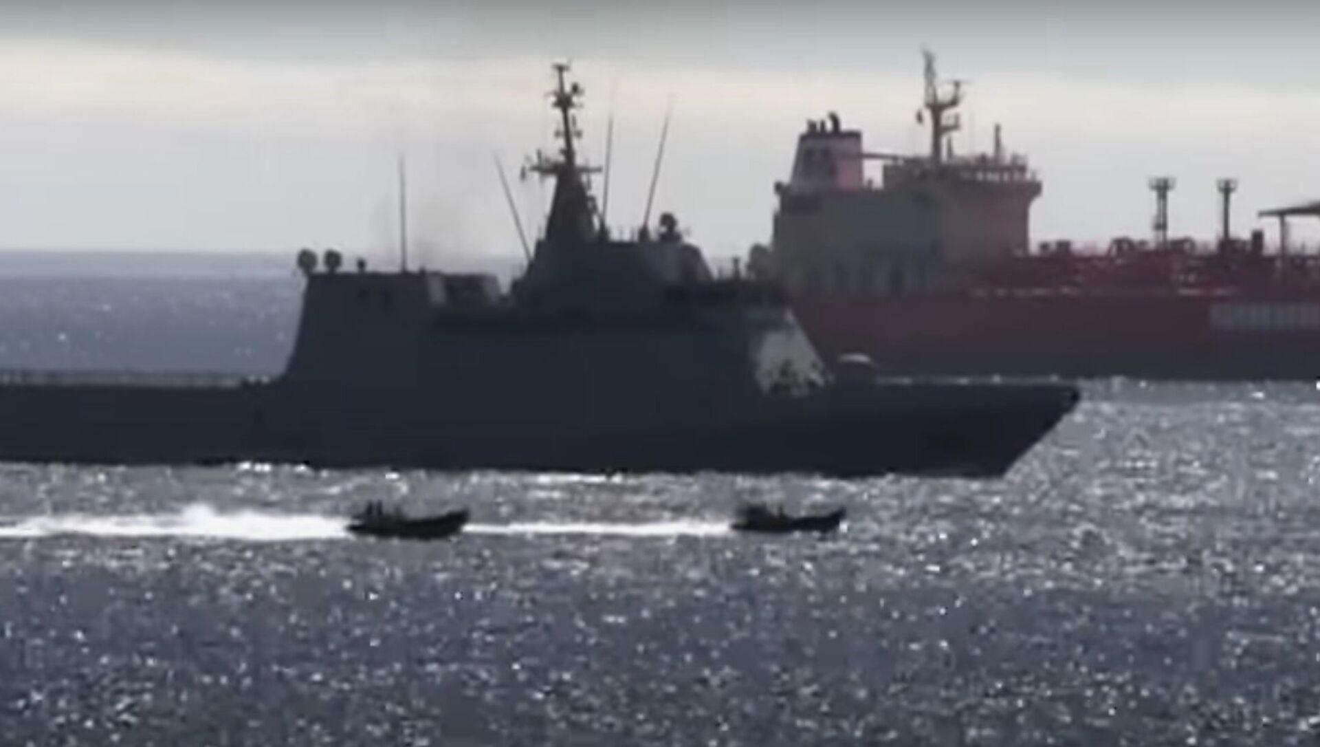 Captura de pantalla del vídeo de Royal Navy echando al buque de guerra español de Gibraltar - Sputnik Mundo, 1920, 19.06.2020