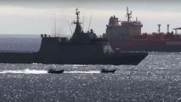 Captura de pantalla del vídeo de Royal Navy echando al buque de guerra español de Gibraltar - Sputnik Mundo