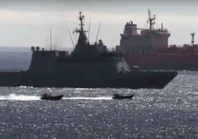 Captura de pantalla del vídeo de Royal Navy echando al buque de guerra español de Gibraltar