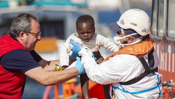 Un bebé llegando a la costa de las islas Canarias en diciembre de 2019 - Sputnik Mundo