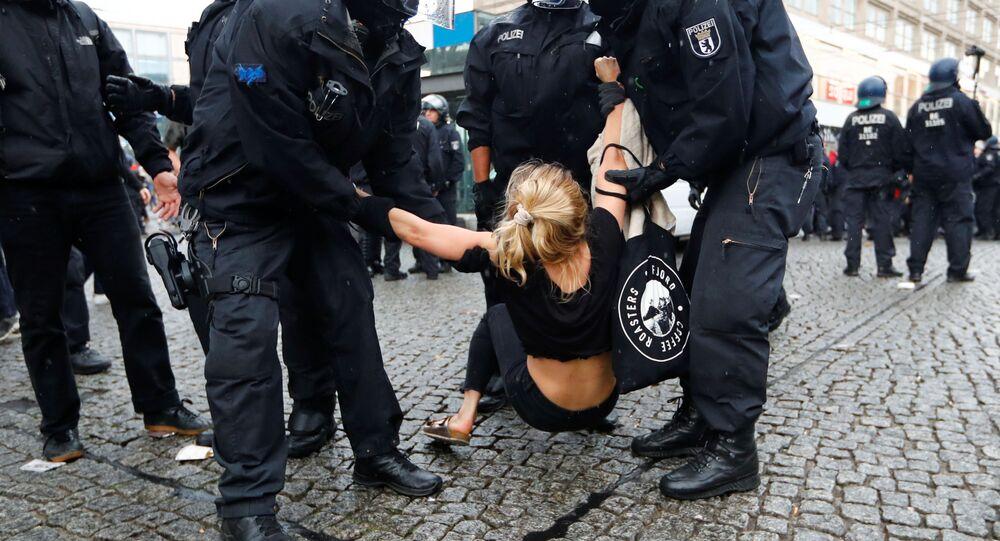 Detención de una manifestante, imagen referencial