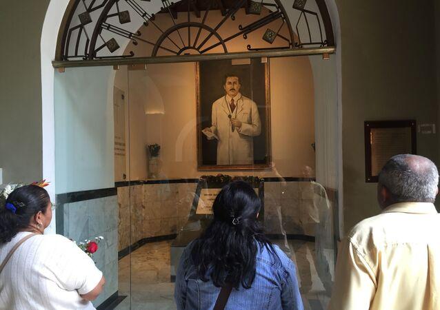 Tumba de José Gregorio Hernández en la Iglesia de Nuestra Señora de la Candelaria