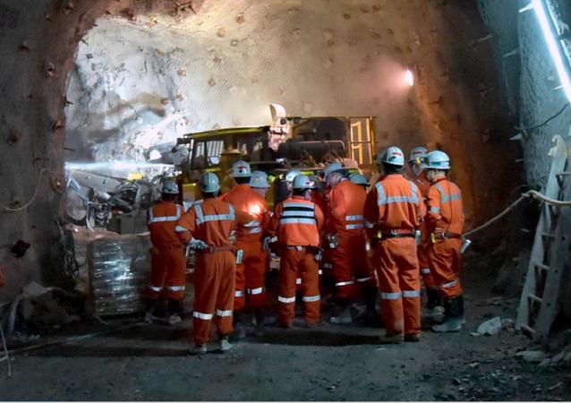 Cuadrilla de trabajadores en interior de una mina