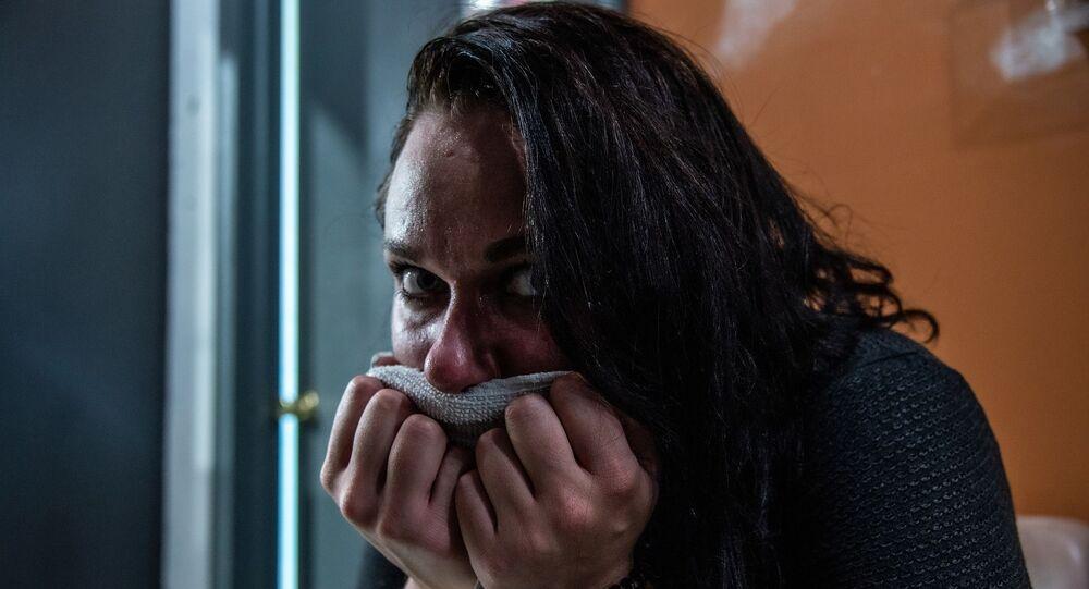 Mujer secándose el sudor
