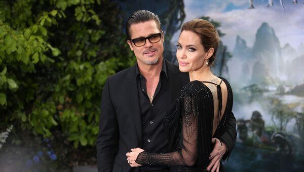 Brad Pitt junto a Angelina Jolie en 2014 - Sputnik Mundo
