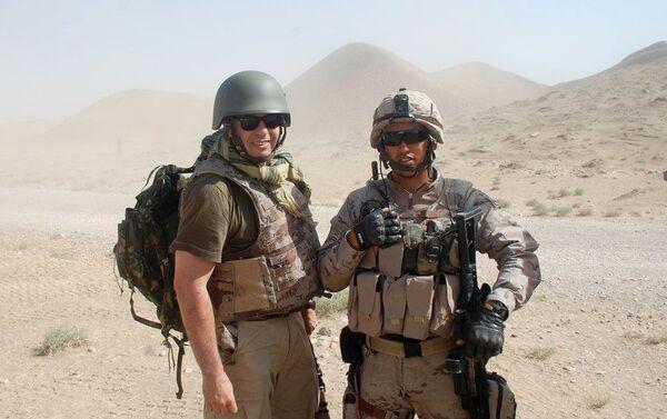 El pintor en Afganistan con soldados españoles de otras razas y culturas - Sputnik Mundo