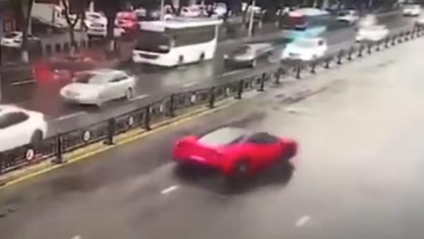 Mala suerte: una mujer destroza un Ferrari minutos después de alquilarlo - Sputnik Mundo