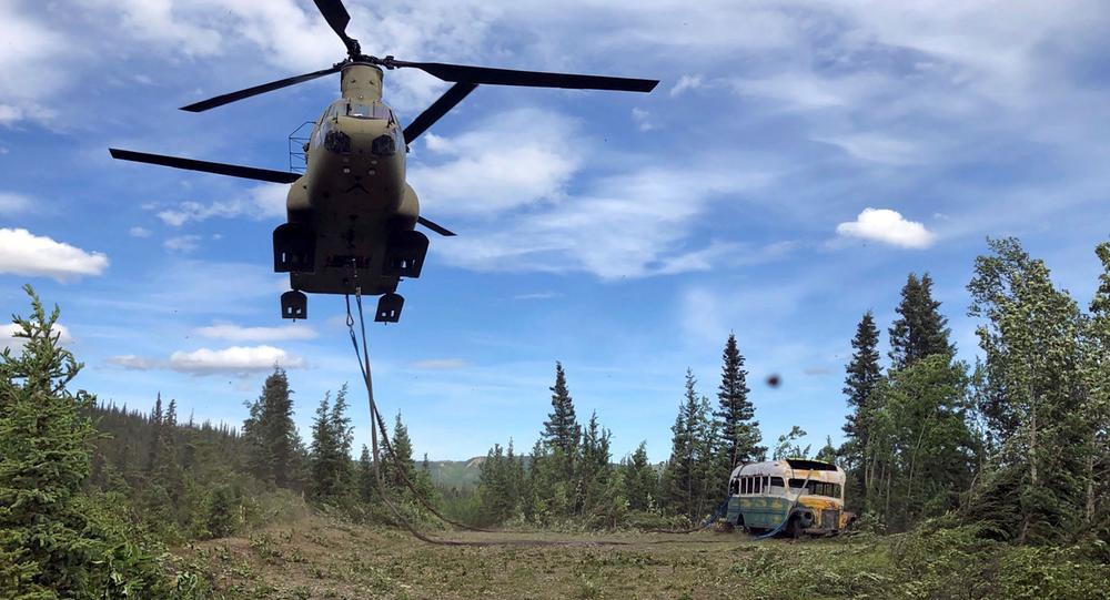Retirada del autobús 142 del Sistema de Tránsito de Fairbanks del Parque Nacional Denali, Alaska