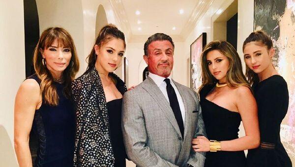 Sylvester Stallone junto a sus hijas y su esposa, Jennifer Flavin (izda.) - Sputnik Mundo