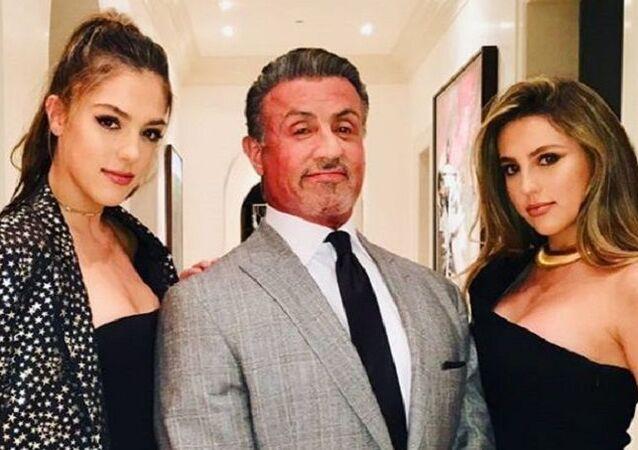 Sylvester Stallone junto a sus hijas y su esposa, Jennifer Flavin (izda.)