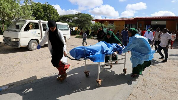 Los paramédicos de Somalia atienden a una víctima de una explosión (archivo) - Sputnik Mundo
