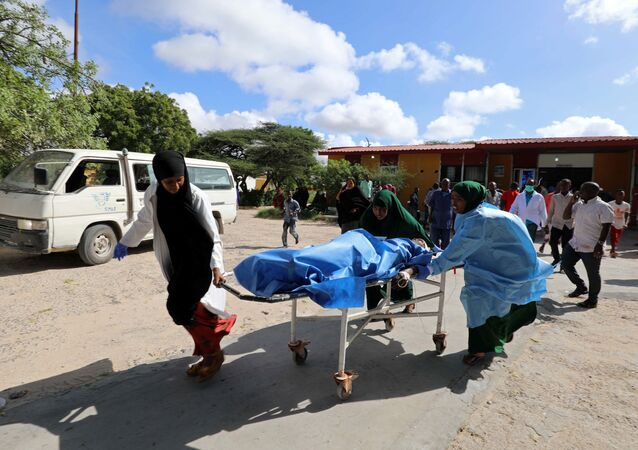 Los paramédicos de Somalia atienden a una víctima de una explosión (archivo)