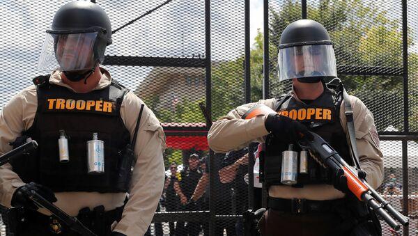 Unos oficiales de Policía de EEUU - Sputnik Mundo
