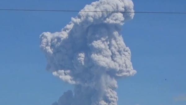Uno de los volcanes más activos de Indonesia entra en erupción - Sputnik Mundo