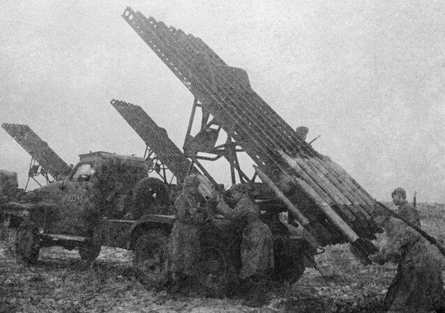 Soldados del Ejército Rojo recargando el lanzacohetes BM-13 'Katiusha'
