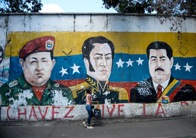 Un grafiti con la imagen de Simón Bolivar, el expresidente venezolano Hugo Chávez y el actual presidente, Nicolás Maduro