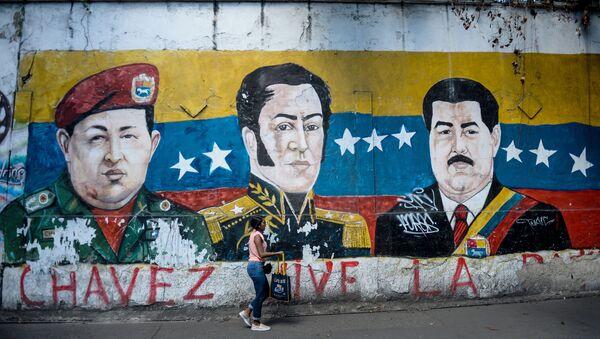 Un grafiti con la imagen de Simón Bolivar, el expresidente venezolano Hugo Chávez y el actual presidente, Nicolás Maduro - Sputnik Mundo