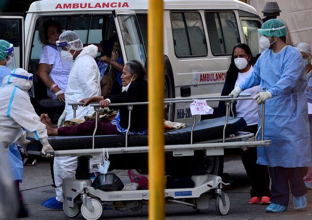 Médicos atendiendo a una mujer en Tegucigalpa, Honduras