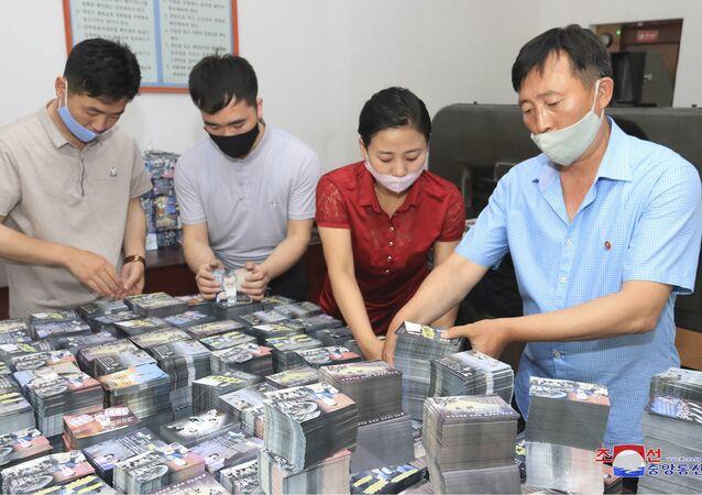 Norcoreanos preparando los panfletos de propaganda contra Corea del Sur