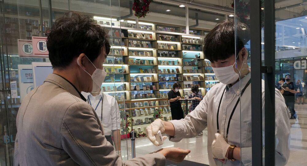 Dos hombres con mascarillas en Seúl durante la segunda hola del coronavirus en Corea del Sur