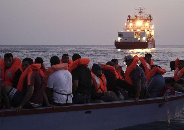 El navío Ocean Viking y los migrantes en el mar Mediterráneo